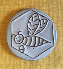 Keramický magnet včelka placka