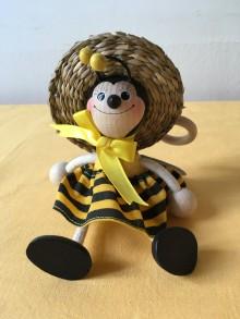 Včela děvče na pružině